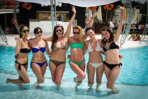 Seis amigas en la piscina del Ocean. S.G.C.