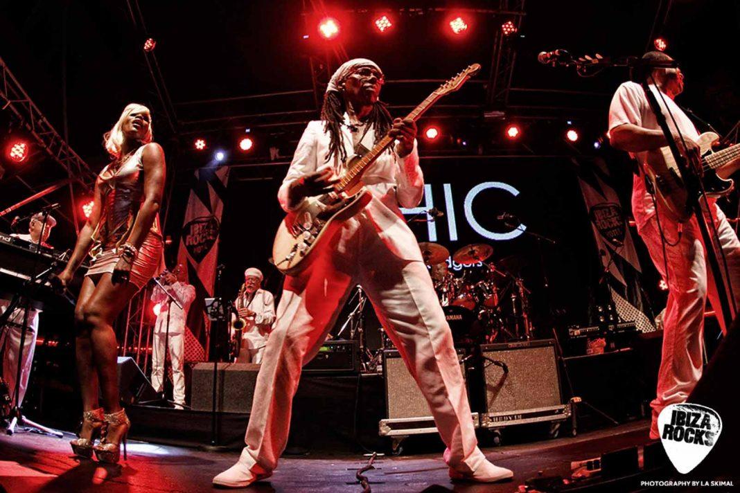 Nile Rodgers, líder de Chic, actuando en el ciclo de conciertos. LA SKIMAL