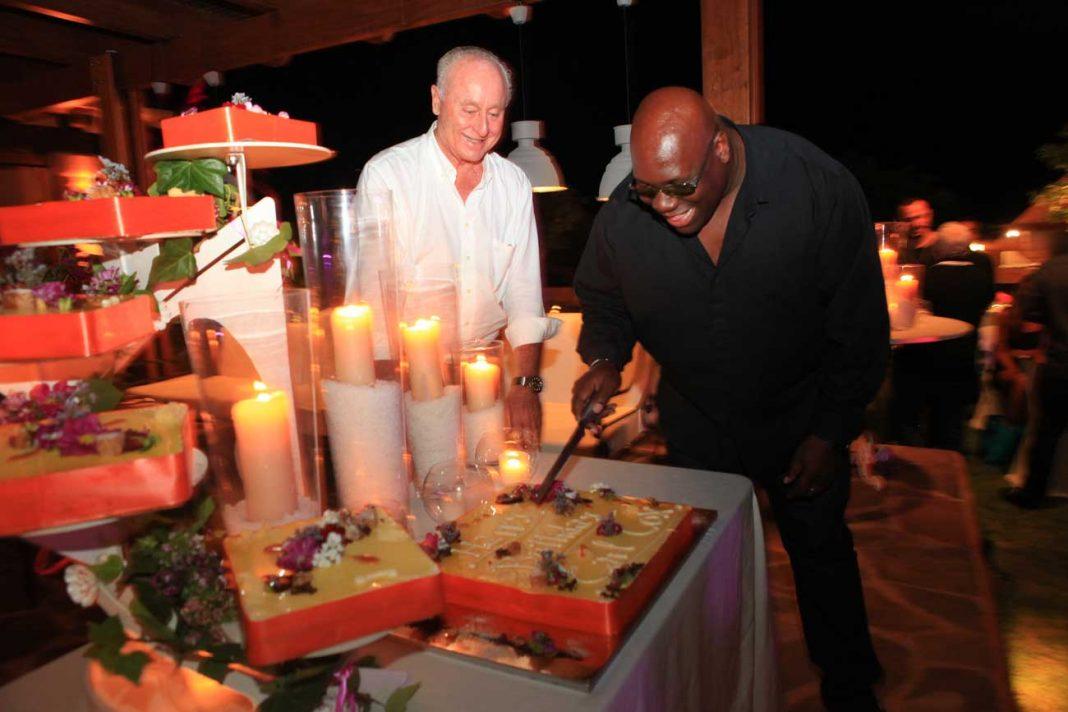 Carl Cox corta la tarta en un cumpleaños pasado bajo la mirada de Pepe Roselló. AISHA BONET