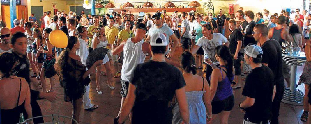 Un grupo de personas realizan un corro mientras bailan un día cualquiera a la luz del sol