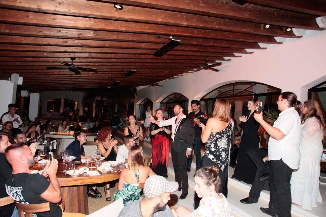 Actuación del bailarín Rafael Amargo en las cenas de Modest.
