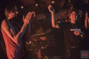 En la cabina junto a Tini durante la apertura de Pyramid. Foto: Alberto Alcocer.