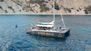 El lujoso catamarán en el que viajaron los invitados.