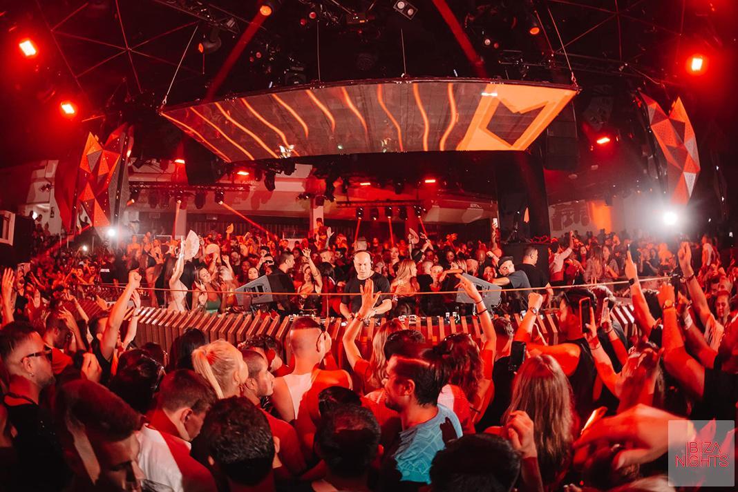 El público vibra junto a los 'sets' del dj italiano.