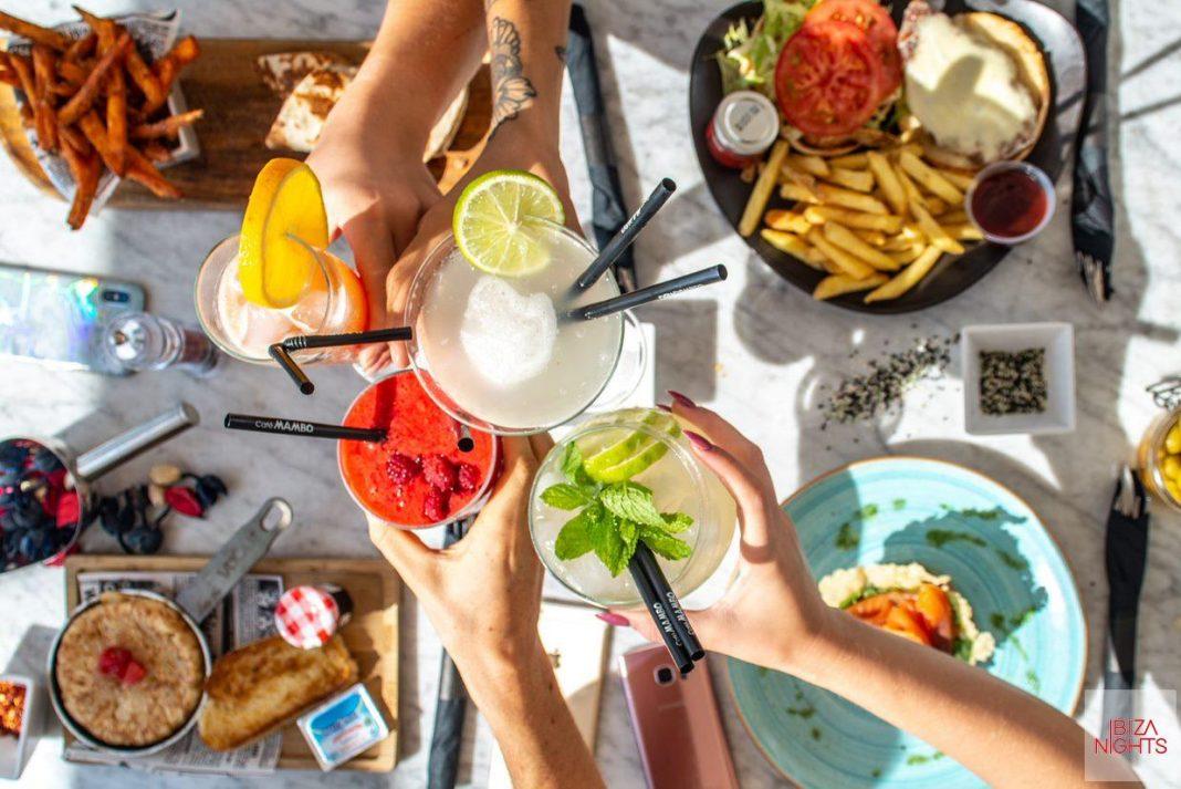 Café Mambo ofrece un amplio surtido de refrescantes y cócteles.